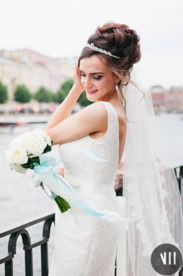 Элегантный свадебный образ высокий пучок с диадемой и нежный макияж