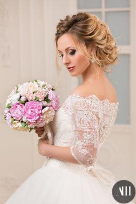 Яркий свадебный макияж и прическа
